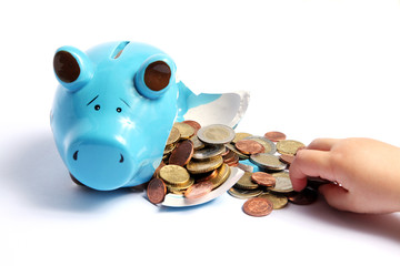 Kaputtes Sparschwein mit Geld und Kinderhand auf weiß