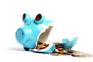 Kaputtes Sparschwein mit Geld auf weiß