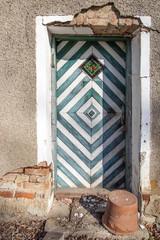 Haustür an einem verwitterten verfallenen Haus
