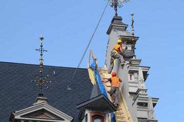Bauarbeiter auf Kirchendach (4)