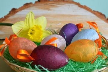 Dekoration Osterkörchen mit Ostereiern und Narzisse
