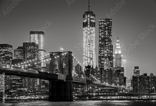 Foto Spatwand New York New York by night. Brooklyn Bridge, Lower Manhattan – Black an