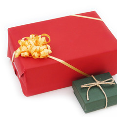 due pacchi regalo con fiocco_ sfondo bianco