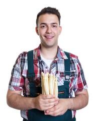 Lachender Bauer mit einem Bund Spargel