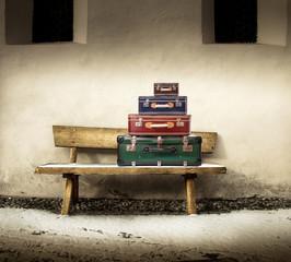 vecchie valigie sopra una panchina