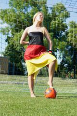 Frau mit Ball und Flagge