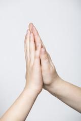 mani che si toccano insieme