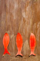 Tre pesci rossi di metallo