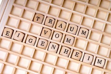 Holzwürfel und die Worte Traum vom Eigenheim