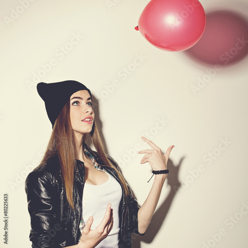 Poster Beautiful hipster teenage girl with red balloon