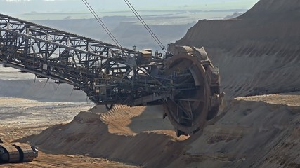 Giant Bucket Wheel Excavator - Opencast mining - Time Lapse