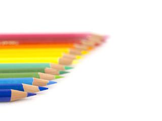 虹色に並んだ色鉛筆