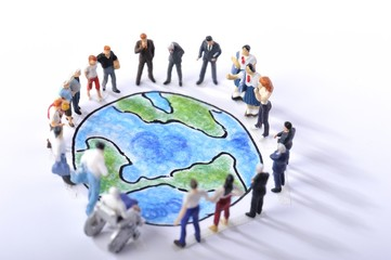 青い地球を見つめる大勢の人々
