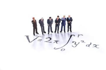 難しい数式を眺める6人のビジネスマン