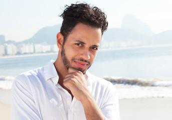 Brasilianer denkt nach an der Copacabana