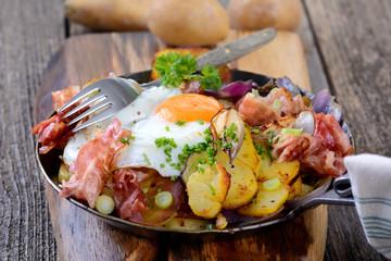Bauernfrühstück mit Bratkartoffeln, Speck und Spiegelei