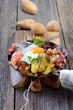 Holzfällermahlzeit mit Bratkartoffeln, Speck und Spiegelei
