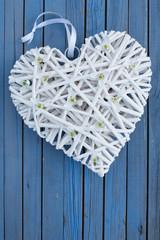 Weißes Herz mit Blüten