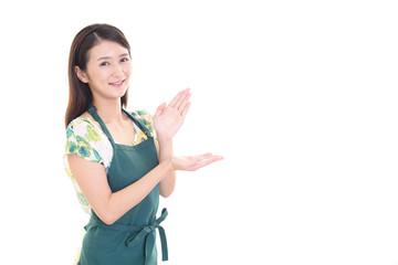 エプロンを着た笑顔の女性
