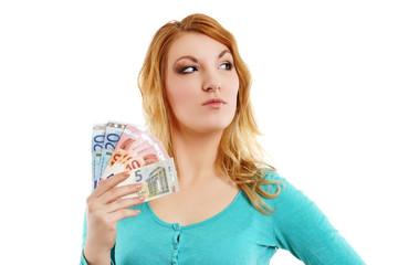 junge Frau hält Geldfächer
