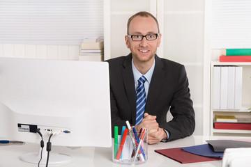 Kaufmännischer Angestellter oder Chef im Büro