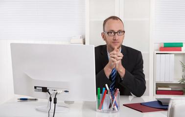 Ernst schauender Geschäftsmann im Büro