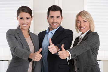 Drei Personen in der Gruppe Daumen hoch: Frauenquote