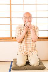 和室で日本茶を飲むシニア