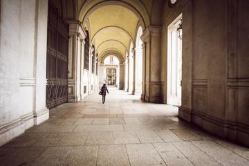 Passeggiando sotto i portici