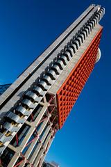 Grattacielo con cielo azzurro