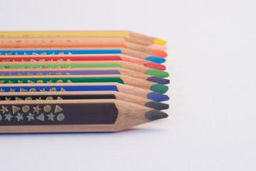 Buntstifte in einer Reihe