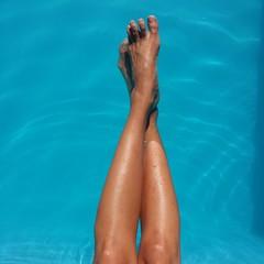 Gambe in piscina
