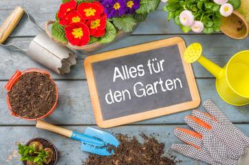 Tafel auf Pflanztisch mit Gartenutensilien - Alles für den Gart