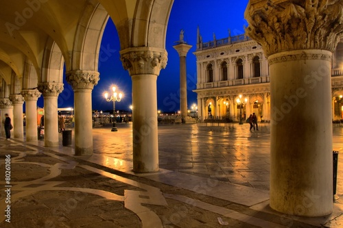Fototapeta Venedig - Markusplatz bei Nacht