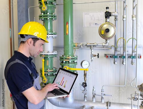 Industriearbeiter überprüft Anlage in einem Werk - 80261441