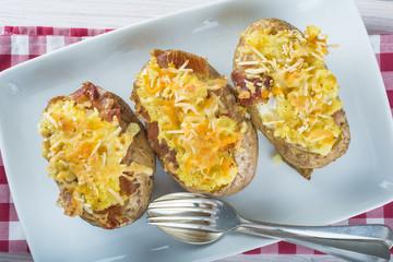 Patatas asadas estilo Idaho rellenas de queso jamón y huevo