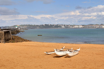 Pirogue Hawaïenne sur une plage du pays basque
