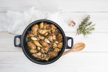 Pollo al ajillo en la mesa de la cocina para la comida