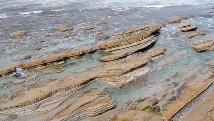 Strates de roches sur une plage du pays basque