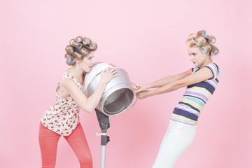 Junge Frauen mit großen Lockenwicklern, Streit um Trockenhaube