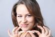 Junge Frau biegt Zigarette durch - 80269618