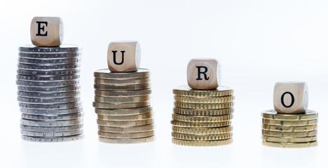 Münzstapel und Holzwürfel mit dem Wort Euro
