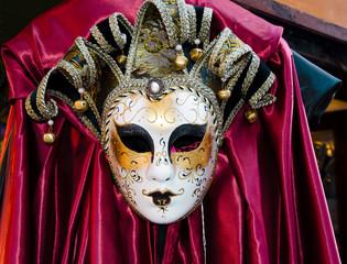 Maschera con drappo rosso