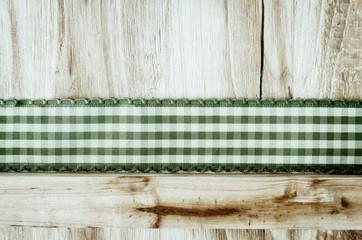 Holzhintergrund mit Band, grün-weiß