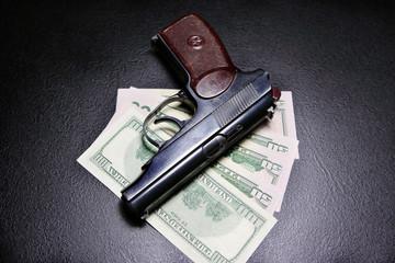 деньги с пистолетом