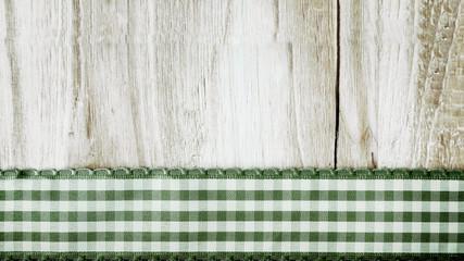Holzhintergrund mit Band, grün-weiß, beschreibbar