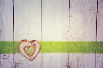Postkarte - Herz auf Holz - grün kariert