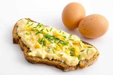 Brotscheibe mit Eiersalat