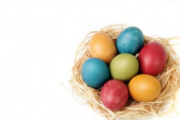Cestino di uova colorate