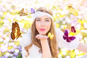 Frau im Blumenfeld mit Schmetterlingen